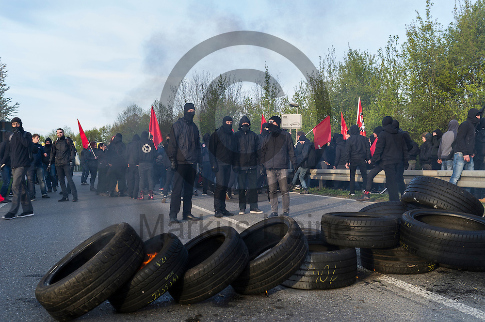 Demonstranten stehen w&auml;hrend der Proteste gegen den AFD Parteitag am 30.04.2016 in Stuttgart, Deutschland hinter einer Barrikade mit brennenden Autoreifen. Die rechtspopulistische Partei m&ouml;chte auf ihrem Bundesparteitag ihr Parteiprogramm verabschieden. Mehrere Tausend Menschen versammelten sich um gegen die Tagung zu demonstrieren. Foto: Markus Heine / heineimagingw&auml;hrend der 1. Mai Plauen Proteste und Gegenprotest am 30.04.2016 in Plauen, Deutschland. Hunderte Menschen demonstrierten gegen einen Aufmarsch rechtsextremen Kleinpartei der 3. Weg. Bei den Demonstrationen kam es zu heftigen Auseinandersetzungen mit der Polizei. Foto: Markus Heine / heineimaging<br /> <br /> ------------------------------<br /> <br /> Ver&ouml;ffentlichung nur mit Fotografennennung, sowie gegen Honorar und Belegexemplar.<br /> <br /> Bankverbindung:<br /> IBAN: DE65660908000004437497<br /> BIC CODE: GENODE61BBB<br /> Badische Beamten Bank Karlsruhe<br /> <br /> USt-IdNr: DE291853306<br /> <br /> Please note:<br /> All rights reserved! Don't publish without copyright!<br /> <br /> Stand: 04.2016<br /> <br /> ------------------------------