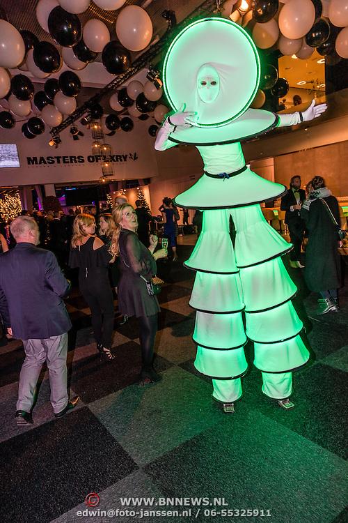 NLD/Amsterdam/20161208 - Vipnight 10de Masters of LXRY, Groen verlichte steltloper