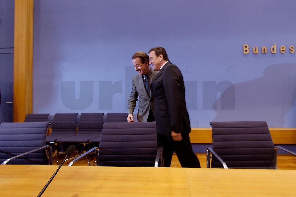 06 FEB 2004, BERLIN/GERMANY:<br /> Franz Muentefering (L), SPD Fraktionsvorsitzender, und Gerhard Schroeder (M), SPD, Bundeskanzler und SPD Parteivorsitzender, verlassen den Saal nach Ende der Pressekonferenz zur Bekanntgabe von Schroeders Ruecktritt vom Parteivorsitz, Bundespressekonferenz<br /> IMAGE: 20040206-03-041<br /> KEYWORDS: Gerhard Schr&ouml;der, Franz M&uuml;ntefering, BPK, R&uuml;cktritt,