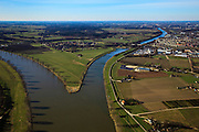Nederland, Gelderland, Heumen, 07-03-2010; splitsing van de rivier de Maas met rechts het Maas-Waalkanaal, richting Nijmegen. .Division of the river Meuse with to the right the Maas-Waal canal, direction Nijmegen. Het dorpje Heumen in het midden. .luchtfoto (toeslag), aerial photo (additional fee required).foto/photo Siebe Swart