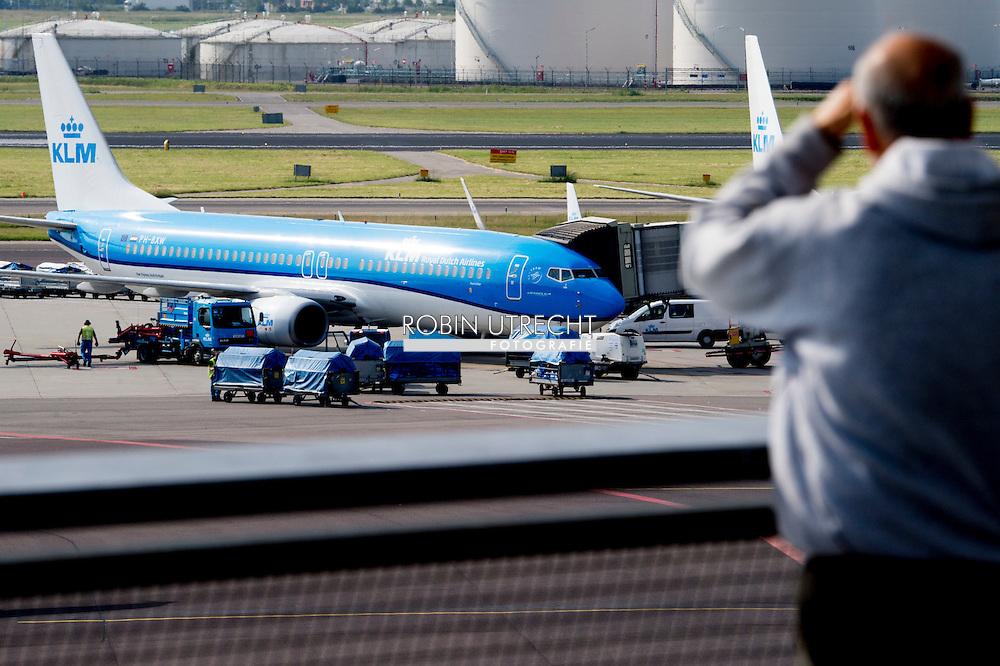 eigen SCHIPHOL klm vliegtuig en air france vliegtuig vliegtuigen op  KLM heeft in mei opnieuw meer passagiers vervoerd, terwijl bij zustermaatschappij Air France sprake was van een daling. Dat blijkt uit de woensdag gepubliceerde vervoersstatistieken van de luchtvaartgroep. COPYRIGHT ROBIN UTRECHT