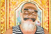 Dintorni di Ubud Bali 2015 - Pak Ida Bagus Alit, maestro mascheraio, sfoggia una delle sue creazioni: una mezza maschera che consente al personaggio interpretato di parlare.