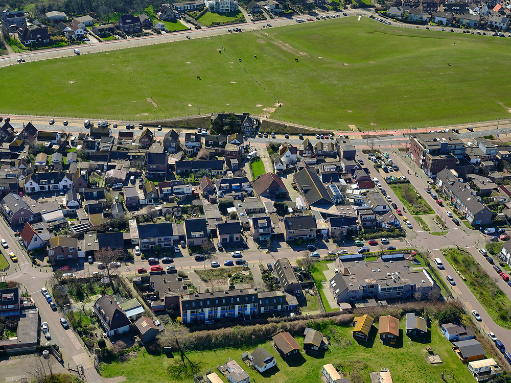Nederland, Noord-Holland, Wijk aan Zee, 23-03-2020; dorp aan de Noordzee met de karakteristieke dorpsweide. Village on the North Sea with the characteristic village meadow. <br /> <br /> luchtfoto (toeslag op standaard tarieven);<br /> aerial photo (additional fee required)<br /> copyright © 2020 foto/photo Siebe Swart