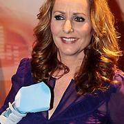 NLD/Amsterdam/20100202 - Perspresentatie X-Factor 2010, Angela Groothuizen mt haar hand in het gips