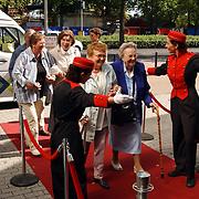Premiere Onverwacht Weerzien Amsterdam, verwelkomen bezokster, gehandicapt, rolstoel, piccolo, ouderen, bejaarden