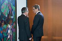 06 FEB 2013, BERLIN/GERMANY:<br /> Thomas de Maiziere (L), CDU, Bundesverteidigungsminister, und Guido Westerwelle (R), FDP, Bundesaussenminister, im Gespraech, vor Beginn der Kabinettsitzung, Bundeskanzleramt<br /> IMAGE: 20130206-01-006<br /> KEYWORDS: Sitzung, Kabinett, Unterlagen, Thomas de Maizière, Gespräch