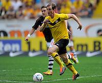 Fussball, 2. Bundesliga, Saison 2011/12, SG Dynamo Dresden - FC St.Pauli, Sonntag (29.04.12), gluecksgas Stadion, Dresden. Dresdens David Solga am Ball.