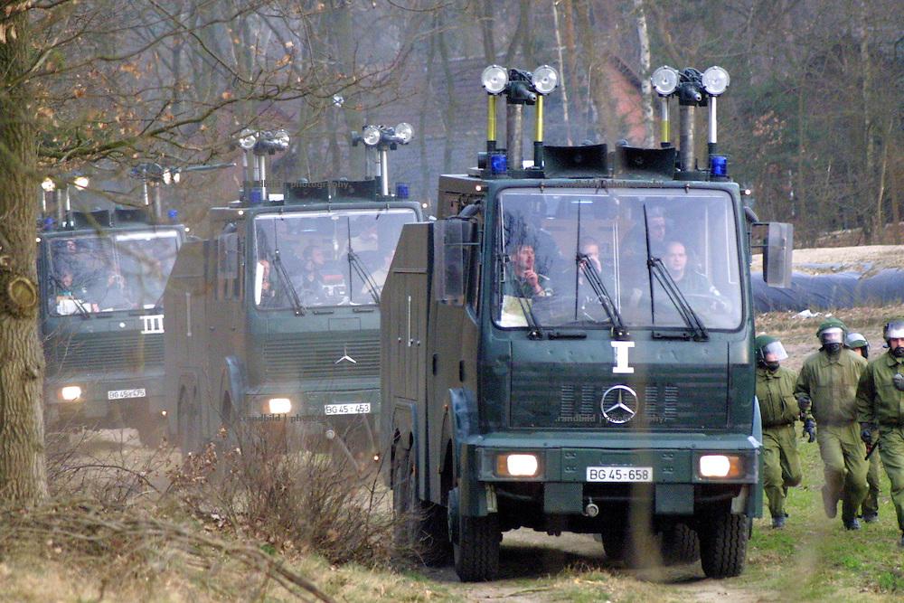 Wasserwerfer des Bundesgrenzschutz rollen an, um Demonstranten von der Castortransportstrecke fern zu halten.