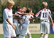 30-08-2008 VOETBAL:AUDAX JEUGDTOERNOOI 2008:TILBURG<br /> Willem II - PSV bij de D-pupillen vieren hun doelpunt<br /> Foto: Geert van Erven