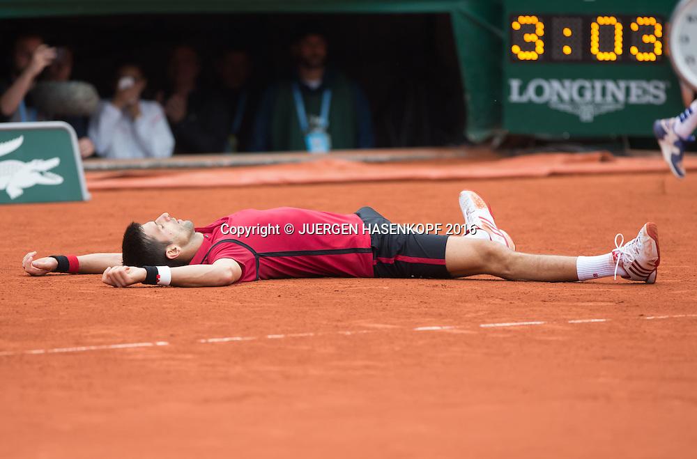 Novak Djokovic (SRB) liegt auf dem Boden und jubelt, Jubel, Emotion, Uhr mit Spielzeit im Hintergrund, Herren Finale, Endspiel,<br /> <br /> Tennis - French Open 2016 - Grand Slam ITF / ATP / WTA -  Roland Garros - Paris -  - France  - 5 June 2016.