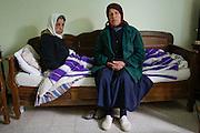 Sur les hauteurs de la Marsa, en face de la Méditerranée, les sœurs Benfadj 59 ans et Manoubia (75 ans) veillent sur le mausolée d'Abdelaziz El-Mahdi depuis un demi-siècle. Elles habitent une maisonnette mitoyenne du temple et consacrent leur vie à leur saint. « On est ses servantes. On est née ici et on s'occupe à plein temps de notre saint. On n'a jamais travaillé ailleurs, on fait le ménage, on prie, on renseigne les fidèles. On est folle de son amour et il nous le rend bien », confie Alouma, 58 ans.  Le 10 janvier 2013, le mausolée a failli brûler, une bouteille d'essence enflammée a noirci les murs, sans toucher l'immense tombe décorée de draps et de versets du Coran
