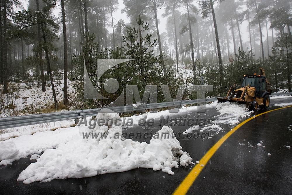 ZINACANTEPEC, México.- Maquinaria remueve la nieve para re abrir la carretera a Sultepec en las faldas del volcan Xinantecatl (nevado de Toluca), donde desde la noche de ayer se presento un drastico descenso en la temperatura que origino la caida de nieve que supero en este punto 20 centimetros. Agencia MVT / Mario Vázquez de la Torre. (DIGITAL)