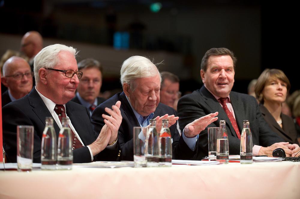18 OCT 2008, BERLIN/GERMANY:<br /> Hans-Jochen Vogel, ehem. SPD Parteivorsitzender, Helmut Schmidt, SPD, Bundeskanzler a.D., und Gerhard Schroeder, SPD, Bundeskanzler a.D., waehrend einem Applaus fuer Schmidt, den dieser mit gesenktem Haupt und abwehrender Gestik entgegen nimmt, ausserordentlicher Bundesparteitag der SPD, Estrell Convention-Center<br /> IMAGE: 20081018-01-065<br /> KEYWORDS: Party Congress, Parteitag, Sonderparteitag, Gerhard Schröder, Applaus, applaudiren, klatschen
