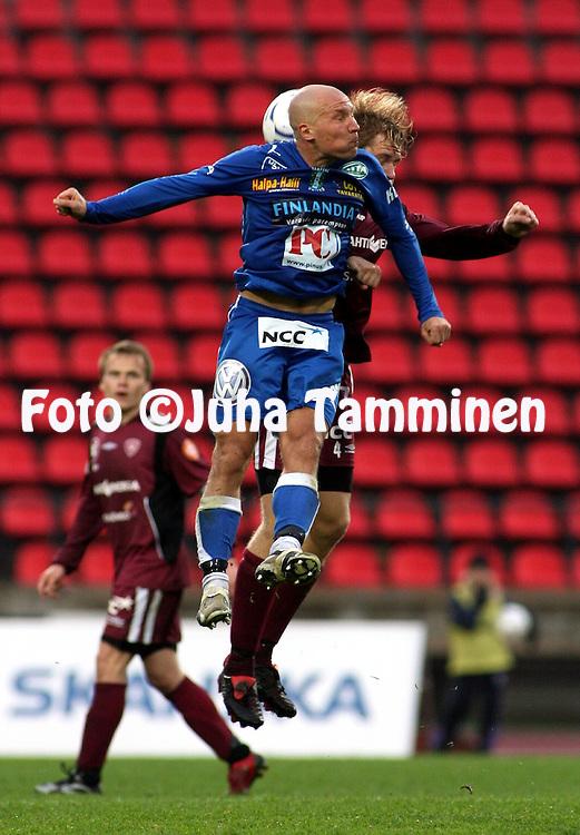 28.05.2007, Ratina, Tampere, Finland..Veikkausliiga 2007 - Finnish League 2007.Tampere United - FC Lahti.Antti Pohja (TamU) v Janne Moilanen (Lahti) sek? Ratinan tyhj?t penkkirivit.©Juha Tamminen.....ARK:k