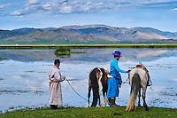 Mongolie, province de Bayankhongor, fêtes traditionnelles de Naadam, jeunes cavaliers au bord d'un lac // Mongolia, Bayankhongor province, Naadam, traditional festival, young nomad near a lake