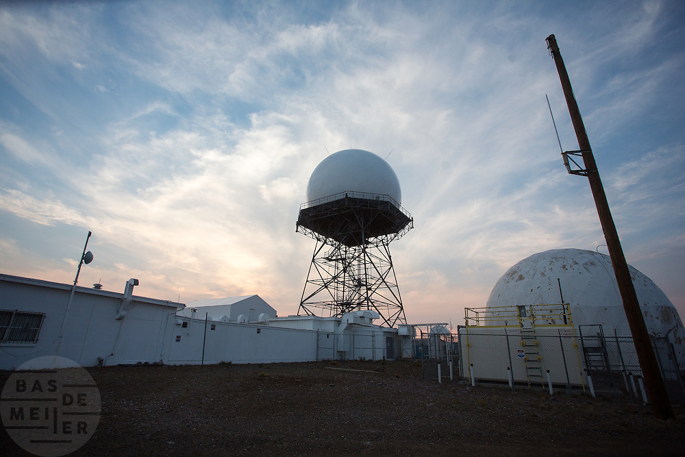 Uitzicht vanaf Mount Lewis bij Battle Mountain, Nevada. De berg heeft een top van 2950 meter. Op de berg staat een Air Route Surveillance Radar, een mast voor de radio en een weerstation. Het land op de berg is deels eigendom van de staat en deels eigendom van een ranch dat de koeien op de berg laat grazen. Door de branden in Californië is de lucht zo vervuild dat het zicht beperkt is.<br /> <br /> View from Mount Lewis in Battle Mountain, Nevada. The mountain has a summit of 9680 feet. The mountain is an Air Route Surveillance Radar, a mast for the radio and a weather station. The land on the mountain is partly owned by the state and partly owned a ranch that the cows graze on the mountain. Due to the fires in California, the air is so polluted that visibility is limited.