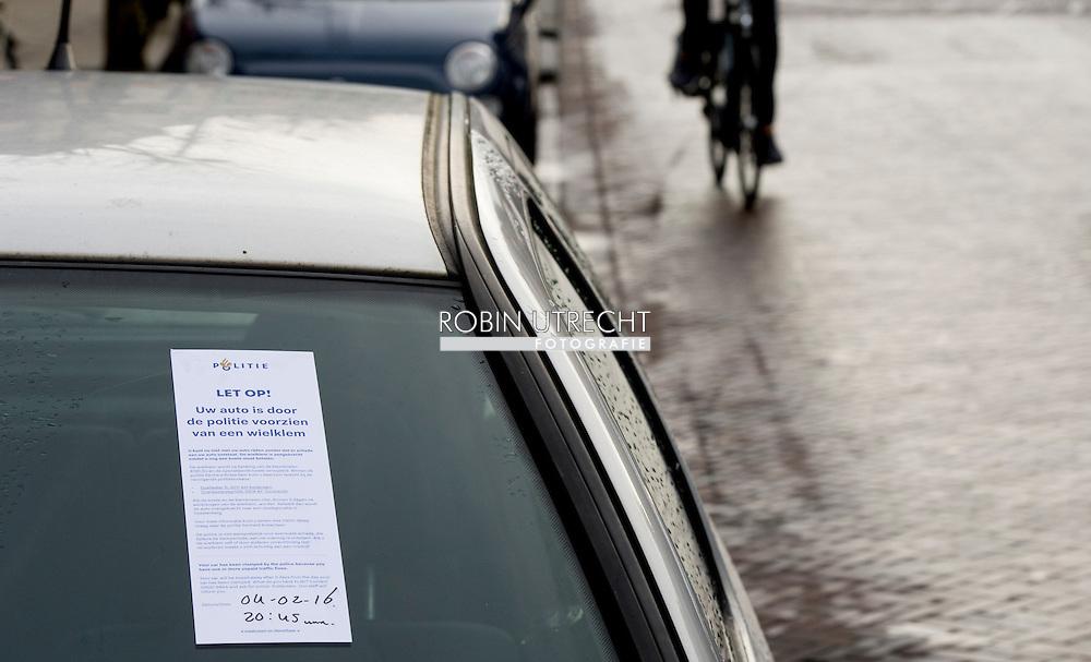 rotterdam - een wielklem om een fout geparkeerde auto bekeuring , een scan auto kijkt wie er wel of niet heeft betaald bij de parkeer meter telefoon gsm betalen e nummerbord , cition, scanauto, scannen, auto, skoda yeti, camera's, scannen, scanner, parkeerbeheer, parkeermanagement  , boete bekeuring , auto bekeuring , boete , verkeerd parkeren ,stadstoezicht camera . camera;s  auto's auto  cition | data | gegevens  geparkeerde  geparkeerde auto , auto's , holland , nederland , nederlands , nederlandse , nummerbord , nummerborden , nummerplaten , nummerpleet , scan , scan auto , scanauto , scannen , scoda ,  sition , stad , stedelijk , stedelijke , netherlands , verzamelen copyright robin utrecht  copyright robin utrecht