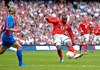 Fotball<br /> Foto: Jed Wee, Digitalsport<br /> NORWAY ONLY<br /> England v Island<br /> <br /> England v Iceland, Manchester Tournament, 05/06/2004.<br /> England's Darius Vassell scores his second goal.