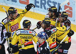 09.03.2018, Albert Schultz Halle, Wien, AUT, EBEL, Vienna Capitals vs HC TWK Innsbruck Die Haie, Playoff Viertelfinale, 1. Spiel, im Bild Torjubel Jamie Fraser (UPC Vienna Capitals), Peter Schneider (UPC Vienna Capitals), Rafael Rotter (UPC Vienna Capitals), Riley Holzapfel (UPC Vienna Capitals) und Jerry Pollastrone (UPC Vienna Capitals) // during the Erste Bank Icehockey League 1st round quarterfinal playoff match between Vienna Capitals and HC TWK Innsbruck Die Haie at the Albert Schultz Ice Arena, Vienna, Austria on 2018/03/09. EXPA Pictures © 2018, PhotoCredit: EXPA/ Thomas Haumer