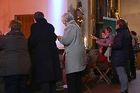 Mannheim. 11.03.17   BILD- ID 020  <br /> Innenstadt. Marktplatz. Marktplatzkirche St. Sebastian. Stay &amp; Pray. <br /> Im M&auml;rz startet mit &bdquo;Stay &amp; Pray&ldquo; in der Mannheimer Marktplatzkirche St. Sebastian ein neues Gottesdienstformat in der Quadratestadt. Dieses offene spirituelle Angebot soll Menschen viermal im Jahr  jeweils samstagabends die M&ouml;glichkeit geben, Kirche einmal anders zu erleben. Die Besucher bestimmen, ob sie sich eine kurze oder auch l&auml;ngere Auszeit g&ouml;nnen &ndash; frei nach der biblischen Aufforderung &bdquo;Stay &amp; Pray &ndash; Wachet und betet.&ldquo; (Matth&auml;us 26,41). <br /> <br /> Der &bdquo;Stay &amp; Pray&ldquo;-Abend beginnt mit der Messe in St. Sebastian um 17 Uhr. Anschlie&szlig;end steht die Kirche bis 22 Uhr offen. Zum Abschluss gibt es ein Nachtgebet &ndash; die Komplet &ndash; mit eucharistischem Segen. <br /> <br /> Bild: Markus Prosswitz 11MAR17 / masterpress (Bild ist honorarpflichtig - No Model Release!)