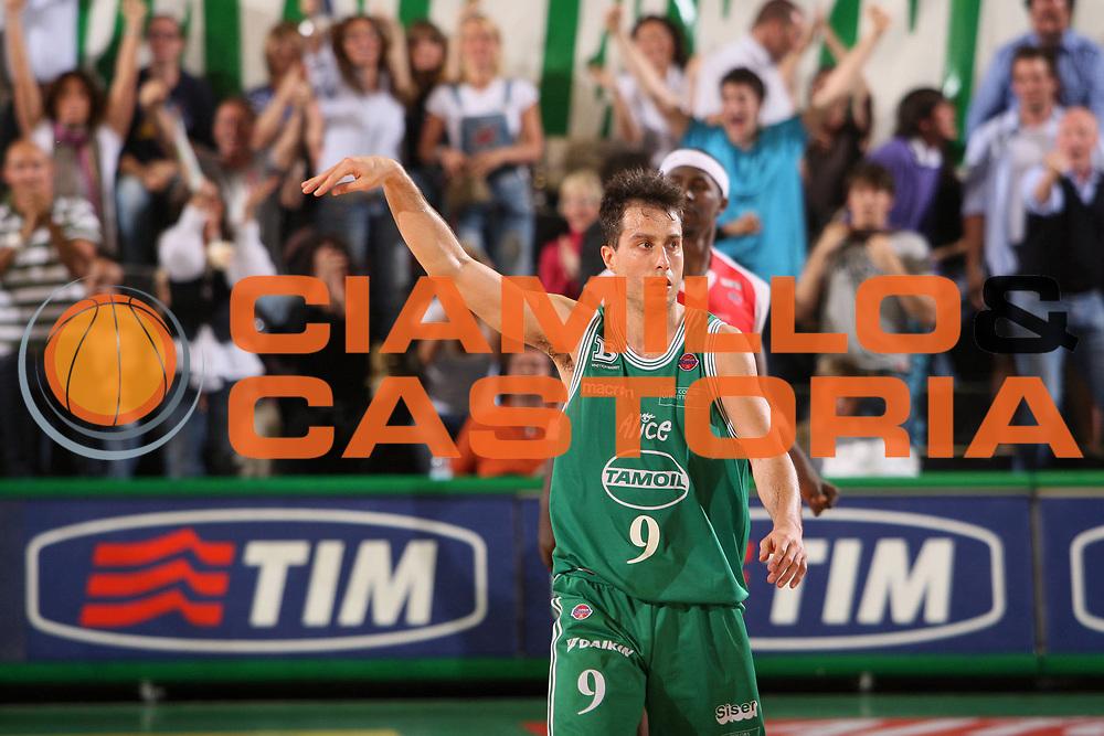DESCRIZIONE : Treviso Lega A 2008-09 Benetton Treviso Banca Tercas Teramo <br /> GIOCATORE : massimo bulleri tim <br /> SQUADRA : Benetton Treviso <br /> EVENTO : Campionato Lega A 2008-2009 <br /> GARA : Benetton Treviso Banca Tercas Teramo <br /> DATA : 07/05/2009 <br /> CATEGORIA : esultanza <br /> SPORT : Pallacanestro <br /> AUTORE : Agenzia Ciamillo-Castoria/S.Silvestri <br /> Galleria : Lega Basket A1 2008-2009<br /> Fotonotizia : Treviso Campionato Italiano Lega A1 2008-2009 Benetton Treviso Bancatercas Teramo<br /> Predefinita : si