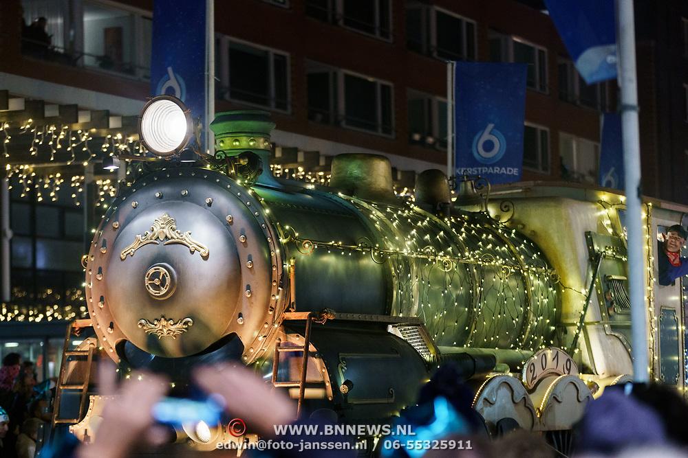 NLD/Amstelveen/20181222 - SBS Kerstparade 2018, verlichte locomotief
