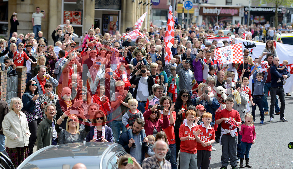 Fans line the streets to show support  - Photo mandatory by-line: Joe Meredith/JMP - Mobile: 07966 386802 - 04/05/2015 - SPORT - Football - Bristol -  - Bristol City Celebration Tour