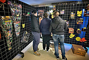 Duitsland, Germany, Wyler, 27-12-2017 Veel mensen uit Nederland kopen vuurwerk vlak over de grens bij Nijmegen. Het Duitse siervuurwerk is goedkopen dan het Nederlandse. Sale of legal fireworks in a store. In Germany the firework is a lot cheaper as in Holland. Foto: Flip Franssen