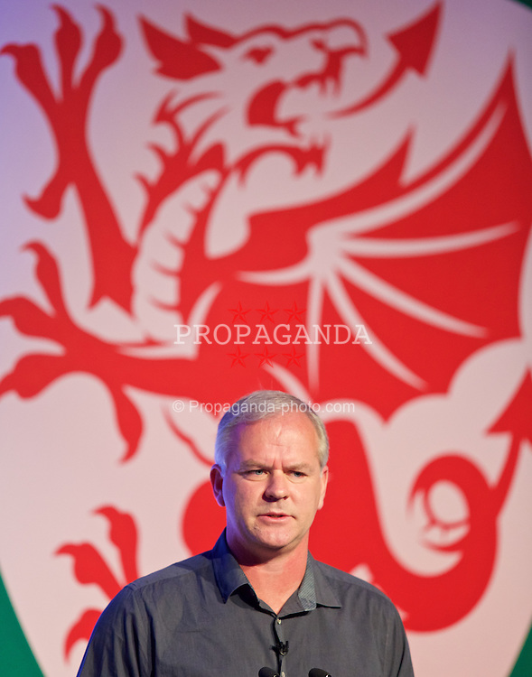NEWPORT, WALES - Saturday, May 30, 2015: Chelsea youth team coach Adi Viveash gives a presentation during the Football Association of Wales' National Coaches Conference 2015 at the Celtic Manor Resort. (Pic by David Rawcliffe/Propaganda)