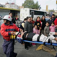 Toluca, Mex.- Paramedicos de la Cruz Roja, atienden a un menor de 10 años que sufrio una caida en las calles de Martin Rivero y Lerdo, Colonia Coporo de la ciudad de Toluca. Agencia MVT / Javier Rodriguez. (DIGITAL)<br /> <br /> <br /> <br /> <br /> <br /> <br /> <br /> NO ARCHIVAR - NO ARCHIVE