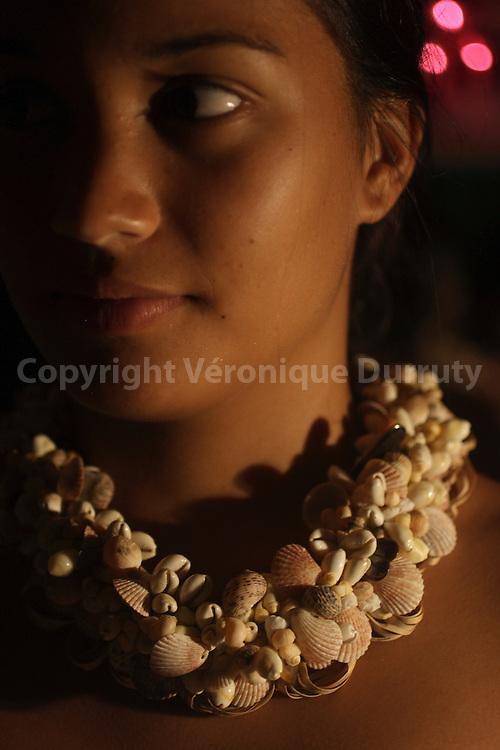 Islands // Jeune vahine portant des bijoux traditionnels en coquillage de Tahiti. Archipel de la société, Polynesie française