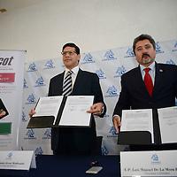 Toluca, México.- Luis Mora, presidente de COPARMEX y  Fernando Albear Maldonado, director estatal del INFONACOT firmaron un convenio de colaboración, con la finalidad de que las empresas se registren ante el instituto y cumplan con su obligación legal. Agencia MVT / Crisanta Espinosa