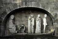 """Mahnmal für die Opfer der Bombennächte<br /> Das Mahnmal für die Opfer der Bombennächte auf dem Ohlsdorfer Friedhof beherbergt im Inneren des zentralen Baus eine monumentale Figurengruppe von Gerhard Marcks mit dem Titel """"Fahrt über den Styx""""."""
