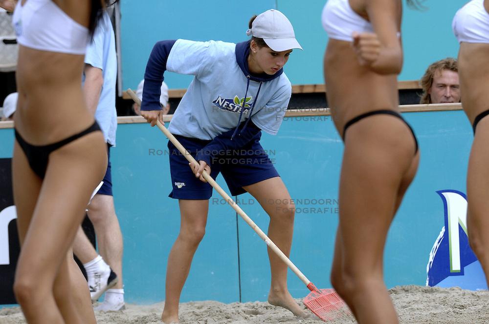 25-08-2006: VOLLEYBAL: NESTEA EUROPEAN CHAMPIONSHIP BEACHVOLLEYBALL: SCHEVENINGEN<br /> De moppers van de beach , beach item, showgirls<br /> ©2006-WWW.FOTOHOOGENDOORN.NL