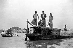 BANGLADESH DHAKA JUN94 - Men stand atop a local barge anchoring in the Burganga River south of Dhaka...jre/Photo by Jiri Rezac..© Jiri Rezac 1994