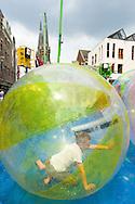Nederland, Tilburg, 20160726<br /> Een kinderattractie. Grote doorzichtige ballen drijven op het water. Kinderen zitten er in.<br /> Kermis in Tilburg. De grootste kermis van Nederland en de Benelux.<br /> Op het kilometers lange parcours staan tientallen attracties <br /> <br /> Netherlands, Tilburg<br /> Funfair in Tilburg. The largest fair in the Netherlands and Benelux.<br /> dozens of attractions on the kilometer-long trail