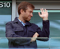 Photo: Daniel Hambury.<br />Chelsea v Manchester United. The Barclays Premiership. 29/04/2006.<br />Chelsea's owner Roman Abramovich waves to the crowd.