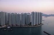 Hong Kong. the Junks (aerial view) in typhon shelter of Aberdeen         /  les jonques abri anti typhon. Aberdeen. vue aérienne  /  Les dernières heures du port d'Aberdeen  /  Les dernières jonques abri anti typhon, d' Aberdeen ancien port réduit aujourd'hui à un bras d'eau.        /  R94/52    L1077  /  R00094  /  P0001962  /  dormitory city in island  Ap lei Chau     /      /  cite dortoir , île  des HLM  /  Ap lei Chau l'ile des H.L.M.  /  Ap lei Chau autrefois une île déserte est devenue en quelques années l'ile des HLM, relié aujourd'hui à l'ile Victoria par un pont, on y a relogé les pécheurs qui vivaient sur les jonques, les terrains ont été récupérés sur la mer , et la bais d'Aberdeen est réduite à un bras d'eau  Ap lei Chau       /  R94/47    L1096  /  R00094  /  P0001957
