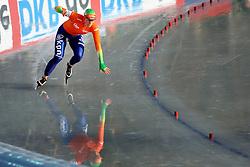 08-01-2012 SCHAATSEN: EC ALLROUND: BUDAPEST<br /> 5000 meter women / Linda de Vries valt bijna in de eerste bocht van de 5000 meter<br /> ©2012-FotoHoogendoorn.nl