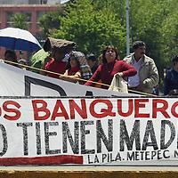 Toluca, Méx.- Manifestacion de habitantes del fraccionamiento La Pila en Metepec frente al palacio de gobierno. Agencia MVT / Mario Vazquez de la Torre. (DIGITAL)<br /> <br /> NO ARCHIVAR - NO ARCHIVE