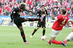 22.09.2012, Coface Arena, Mainz, GER, 1. FBL, 1. FSV Mainz 05 vs FC Augsburg, 4. Runde, im Bild Aristide Bancé (Augsburg) scheitert an Nikolce Noveski (Mainz) // during the German Bundesliga 4th round match between 1. FSV Mainz 05 and FC Augsburg at the Coface Arena, Mainz, Germany on 2012/09/22. EXPA Pictures © 2012, PhotoCredit: EXPA/ Eibner/ Bildpressehaus..***** ATTENTION - OUT OF GER *****