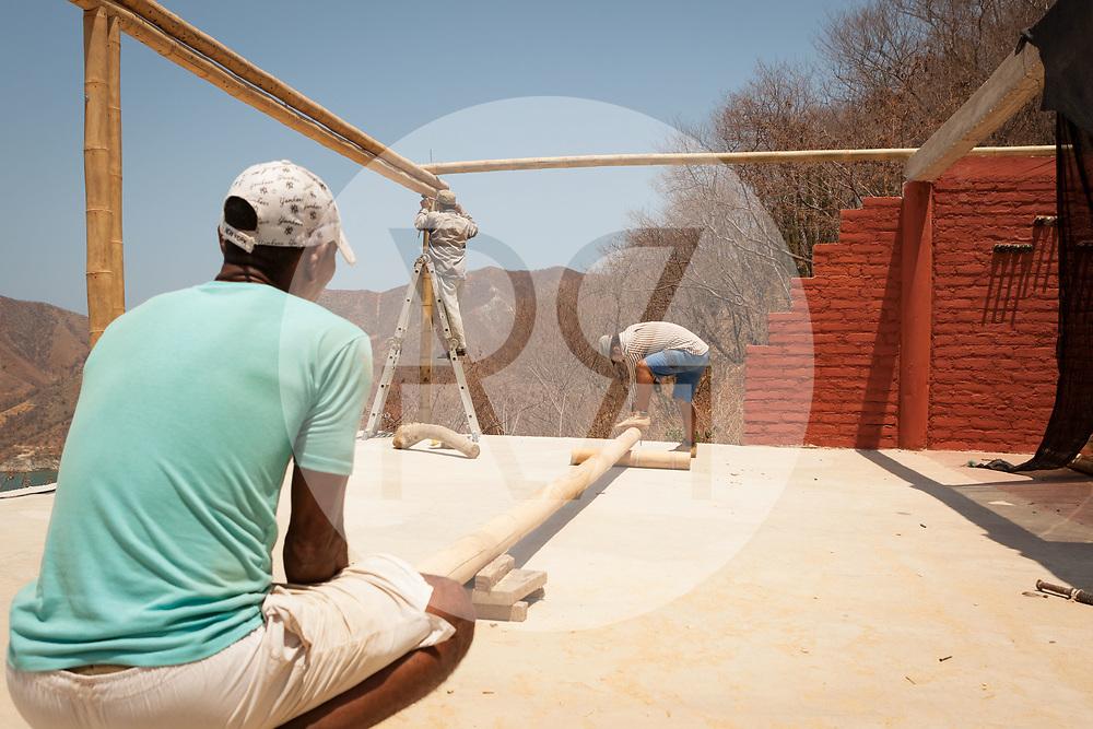 KOLUMBIEN - TAGANGA - Drei Bauarbeiter auf der Baustelle von Hostel Casa Horizonte - 21. März 2014 © Raphael Hünerfauth - http://huenerfauth.ch