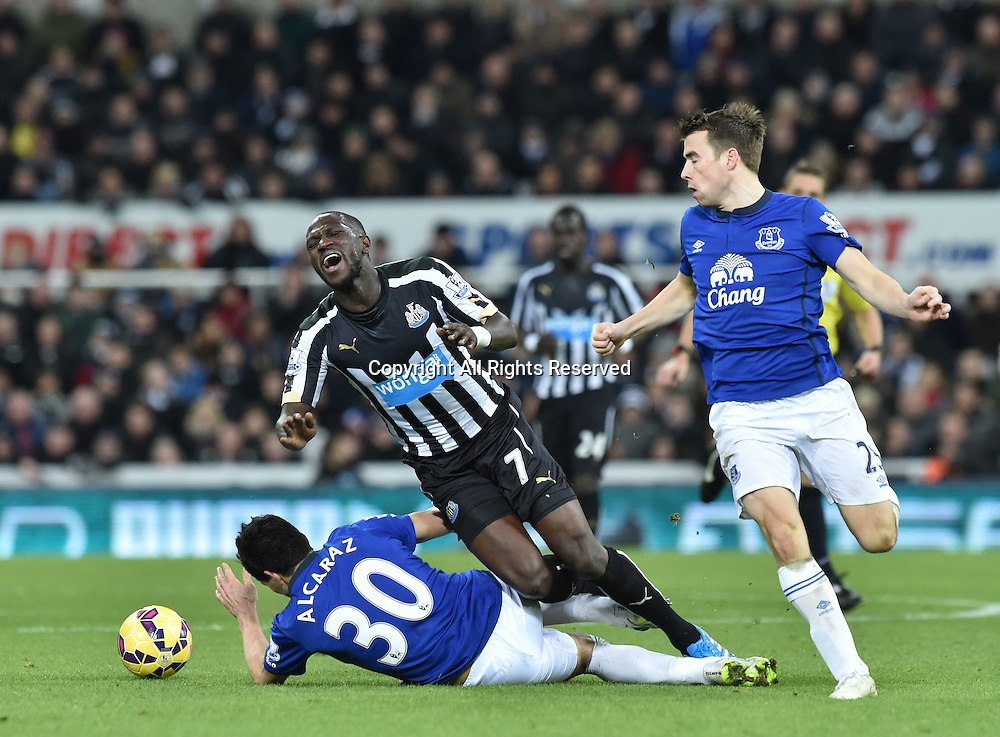 28.12.2014. Newcastle, England. Premier League. Newcastle versus Everton. Antolin Alcaraz of Everton fowls Moussa Sissoko of Newcastle United earning himself a yellow card