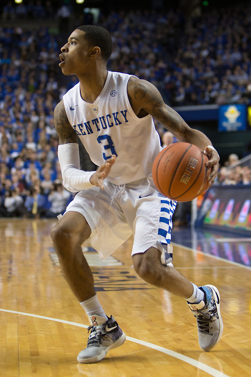 Kentucky guard Tyler Ulis looks for an open teammate in the second half. The University of Kentucky hosted Mississippi State, Tuesday, Jan. 12, 2016 at Rupp Arena in Lexington.