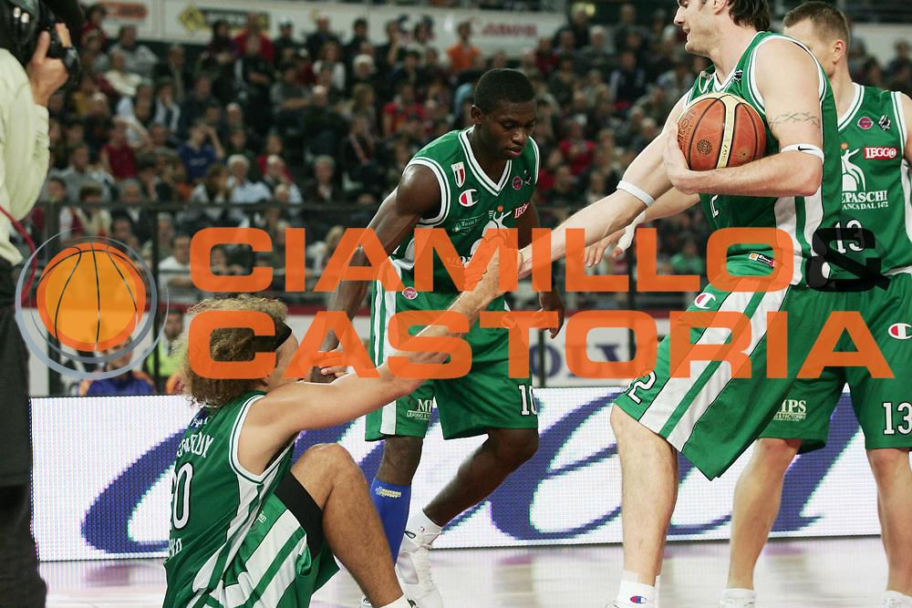 DESCRIZIONE : Roma Lega A1 2008-09 Lottomatica Virtus Roma Montepaschi Siena<br /> GIOCATORE : Shaun Stonerook Ksistof Lavrinovic Romain Sato<br /> SQUADRA : Montepaschi Siena<br /> EVENTO : Campionato Lega A1 2008-2009 <br /> GARA : Lottomatica Virtus Roma Montepaschi Siena<br /> DATA : 16/11/2008 <br /> CATEGORIA :<br /> SPORT : Pallacanestro <br /> AUTORE : Agenzia Ciamillo-Castoria/P.Lazzeroni