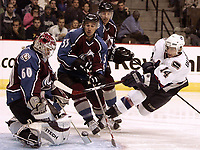 Ishockey  Datum: Datum: 08.10.2006  Copyright: imago/UPI Photo<br /> Alexandre Burrows (Vancouver Canucks, re.) gegen Goalie Jose Theodore (li.) und Brett McLean (beide Colorado Avalanche) - <br /> Vdig, hoch, Umarmung, umarmen, Jubel, jubeln NHL 2006/2007 Chicago Freude,  Eishockey Herren Mannschaft USA Gruppenbild optimistisch Aktion Personen<br /> Norway only