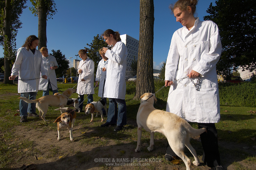 NLD, Niederlande: Studenten der Tiermedizin gehen mit stationären Patienten Gassi, Universitätsklinik für Gesellschaftstiere, Fakultät der Tierheilkunde, Utrecht | NLD, Netherlands: Students of the veterinary medicine walking the dog with inpatients, university clinic for companion animals, faculty of veterinary medicine, Utrecht |