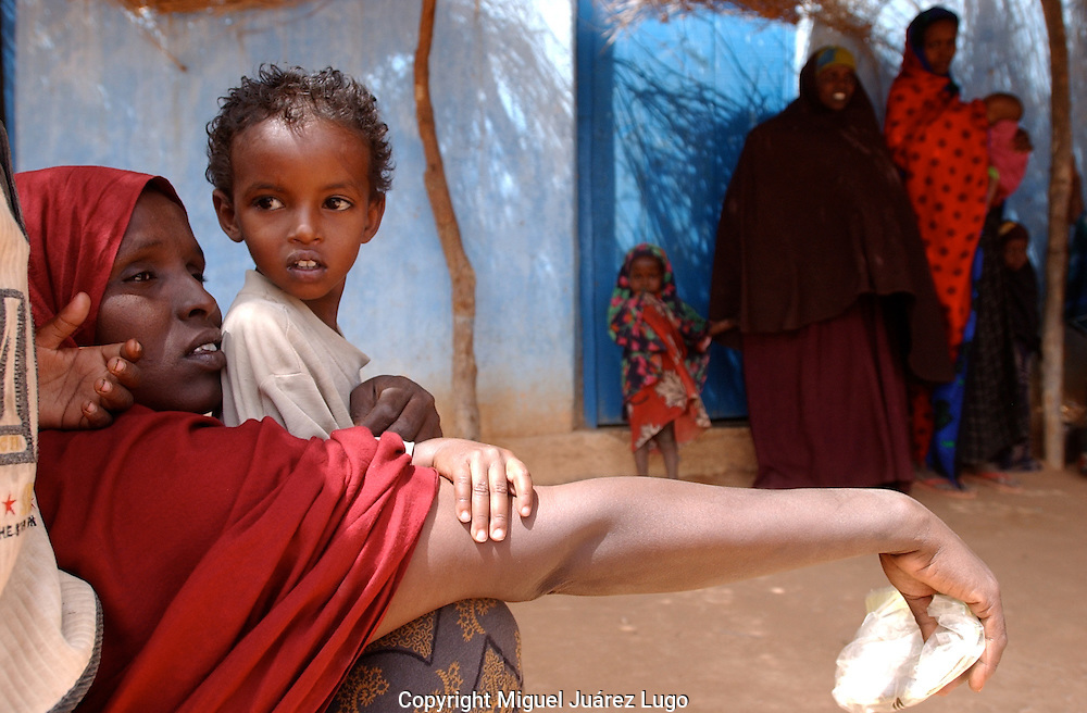 El Barde, Somalia. A woman and her children wait for help in a health clinic run by World Food Programme, in El Barde, north Somalia wich is suffreing a severe two years drought.  (PHOTO: MIGUEL JUAREZ)