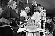 Nederland, Den Bosch, 1985..De op 2 -3-2005 overleden Paus Johannes Paulus tijdens zijn bezoek aan het provinciehuis. Links van hem kardinaal Simonis. Pausbezoek, bezoek. Kinderen, jeugd, biedt hem een cadeau aan terwijl een radioverslaggever het geluid opneemt...Foto: Flip Franssen/Hollandse Hoogte