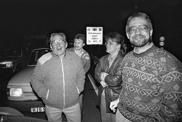 Duitsland, Helmstedt, 10-11-1989 Val van de muur, Grenspost, doorlaatpost Helmstedt op de weg naar Berlijn aan de grens van West-Duitsland en de DDR, einde koude oorlog. Inwoners van west duitsland verwelkomen in de nacht de oost duitsers. Een grote file is ontstaan door de drukte van westduitsers die naar het oosten rijden. Foto: Flip Franssen/Hollandse Hoogte
